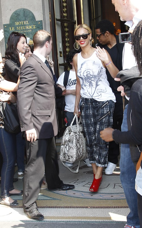 0b1381a32b4 Beyonce and Jay-Z s Parisian vacay seems to be over as the couple was seen  leaving their hotel and headed to the airport. Beyonce was seen rocking a  Balmain ...